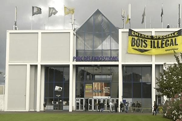 une banderole déployée à l'entrée du Parc des expositions à Nantes