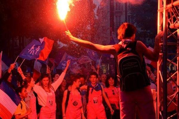 """Des manifestants anti-mariage pour tous sont rassemblés devant les locaux de la chaîne M6, à Neuilly-sur-Seine (Hauts-de-Seine), où François Hollande est reçu dans l'émission """"Capital""""."""