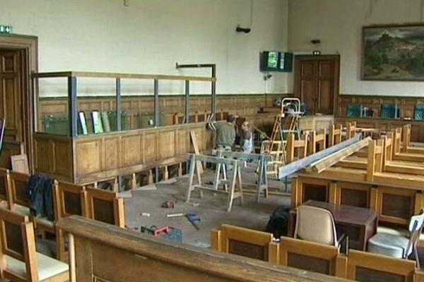 Le palais de justice du Puy-en-Velay se prépare à accueillir le procès du meurtrier présumé d'Agnès Marin, du 18 au 28 juin 2013. Pour ce procès sensible et médiatique, des aménagements ont été nécessaires pour protéger Matthieu M. et recevoir une cinquantaine de journalistes.