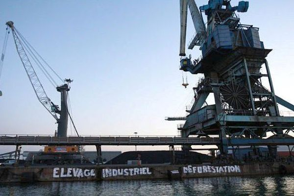 Dans le port de Sète, Greenpeace a empêché un cargo chargé de tourteaux de soja brésilien d'accoster puis des activistes se sont enchaînes aux grues interdisant le déchargement- juillet 2019.