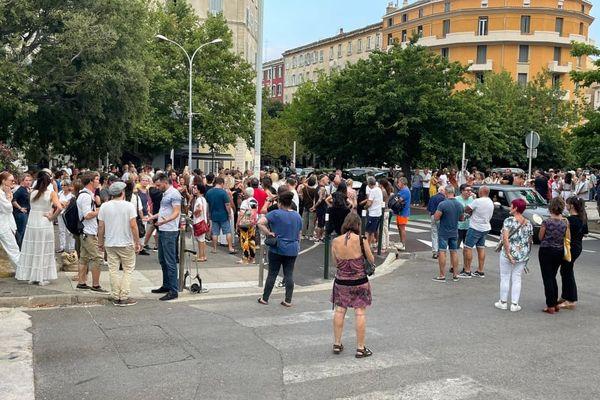 Environ 300 personnes sont rassemblées devant la Préfecture de Bastia.