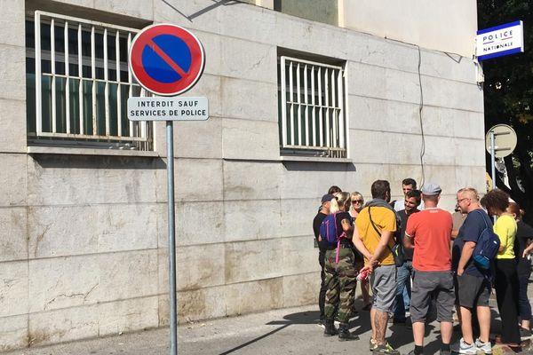 """Les """"gilets jaunes"""" d'Alès devant le commissariat de police de la ville / 18 septembre 2019."""