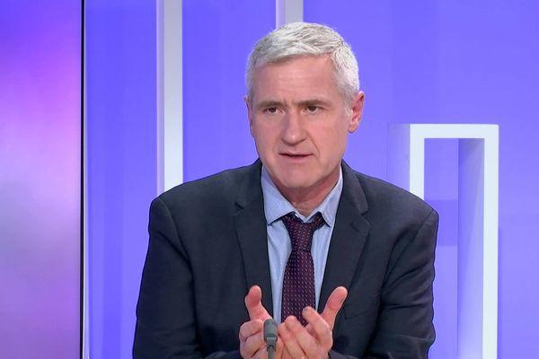 Le politologue Pierre Allorant sur le plateau de France 3 Centre-Val de Loire