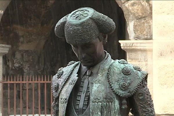 A Nîmes, la statue de Nimeño II a de nouveau été dégradée le week-end dernier. Elle a été aspergée à l'acide. Une fillette qui a touché la statue pour faire une photo a été brûlée aux jambes et aux pieds.