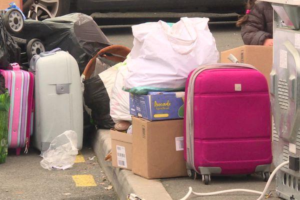 """Poussettes et valises dans la rue, 11 février 2021. L'évacuation des 300 occupants du squat de la zone livre de Cenon a été opérée """"en plein hiver et en pleine pandémie"""", """"une décision ignoble"""" selon les associations."""
