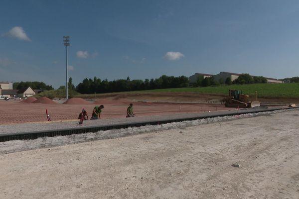 Le chantier du nouveau stade homologué Ligue 2 du FC Chambly a repris après deux mois d'arrêt.