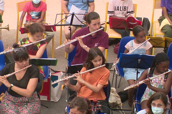 Répetition générale pour les élèves de cet orchestre pas comme les autres, avant le concert de ce jeudi soir au théâtre Sylvain, à Marseille.