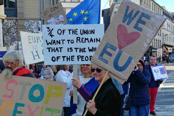 Les Anglais résidant en France manifestaient ce samedi 19 octobre à Granville pour afficher leur opposition au Brexit