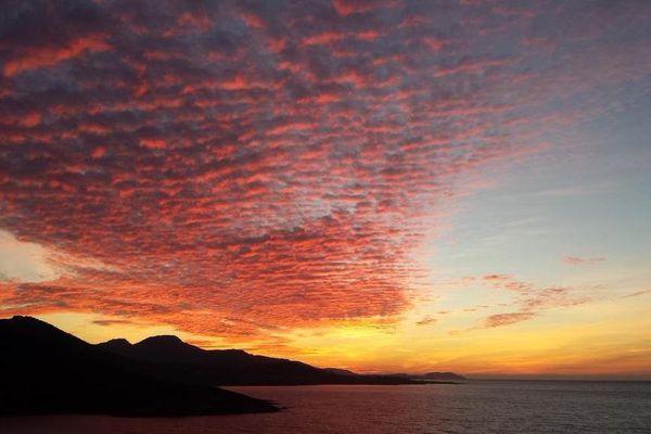 ILLUSTRATION - Ciel de feu au-dessus de la Balagne (Haute-Corse)