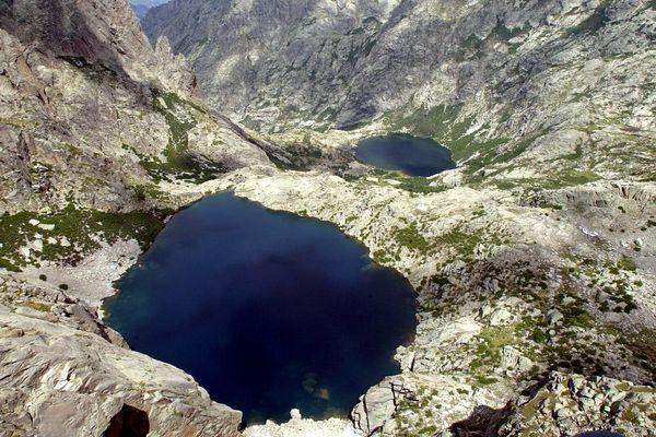 Les lacs corses sont tous différents et sauvages en apparence seulement, car certains sont menacés par l'activité des hommes.