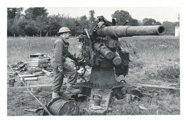 """Un soldat britannique découvre """"Dora"""", canon détruit par les Français pendant la bataille."""