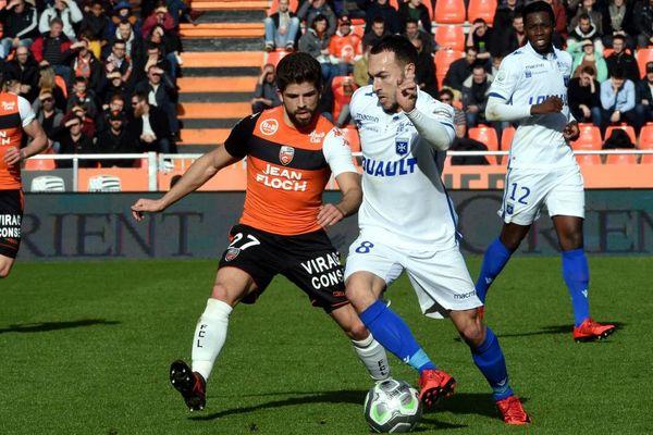 L'Auxerrois Romain Philippoteaux (à droite) à la lutte avec Jimmy Cabot du FC Lorient dans le cadre de la 26e journée du championnat de Ligue 2, samedi 17 février 2018.