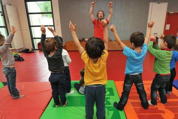 Des enfants participent à une activité périscolaire dans le cadre de la réforme des rythmes scolaires- Archives