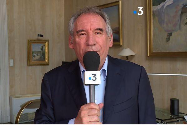 François Bayrou demande au micro de France 3 Aquitaine, le 29 mai, une modification de la Constitution française.