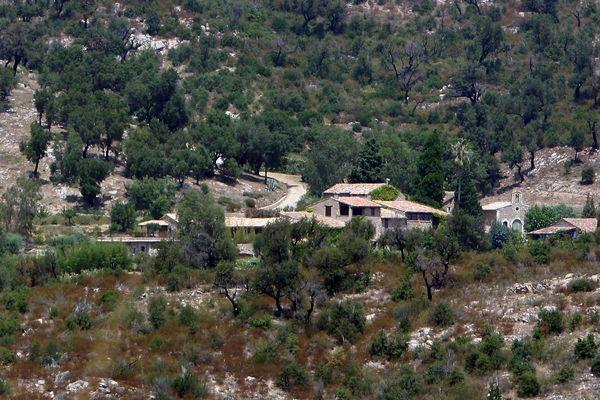 A vendre pittoresque village du XIXe siècle, situé à Plan-de-la-Tour (Var) pour 55,5 millions de dollars, soit plus de 45 millions d'euros. Contacter : Johnny Depp.