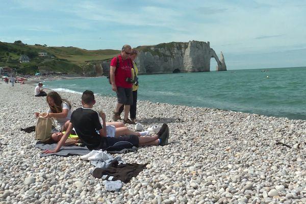 La plage d'Etretat reste accessible, mais il est interdit de marcher ou de se baigner dans la mer