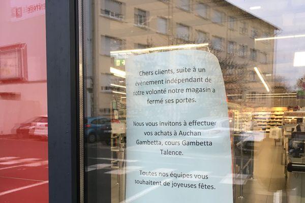 Le supermarché a immédiatement fermé ses portes après le braquage à main armé qui a fortement choqué employés et clients