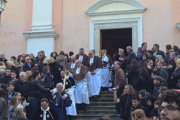 La procession commence, les confrères sortent de l'archiconfrérie Saint Joseph.