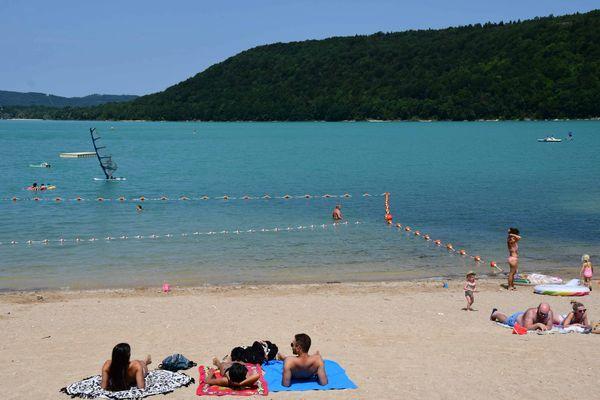 Le lac de Chalain et ses eaux turquoises est l'un des points les plus touristiques du Jura l'été.