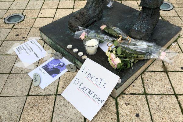 Bougies, pancartes et fleurs ont été déposées au pied de la statue de Victor Hugo sur l'Esplanade des droits de l'Homme.