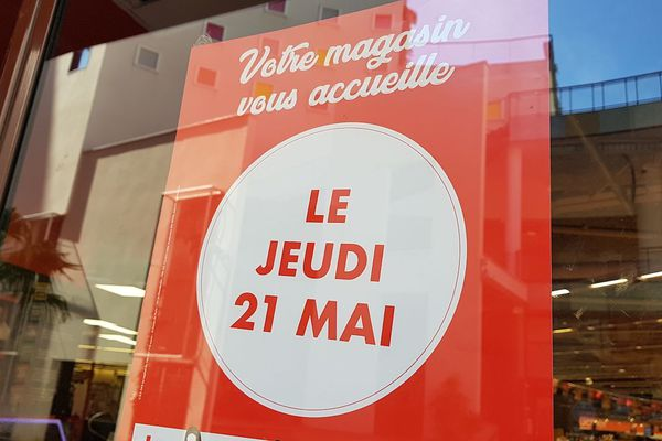 Pas de jours fériés pour certains commerces. Après deux mois de confinement et d'absence de chiffres d'affaires, quelques commerces de Clermont-Ferrand, dans le Puy-de-Dôme avaient leur devanture ouverte jeudi 21 mai.