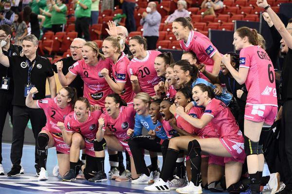 L'équipe de Brest fête sa victoire en Final Four de la ligue des champions, contre les hongroises de Györ à l'issue du match au Papp Laszlo Arena de Budapest ce samedi 21 mai.