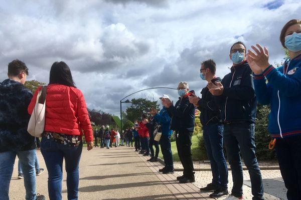 A leur arrivée, les visiteurs sont accueillis par des applaudissements et une haie d'honneur du personnel du parc du Futuroscope.