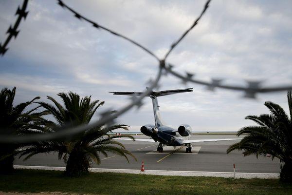 Un jet privé bloqué sur le tarmac de l'aéroport de Nice Côte d'Azur, le 23 mars 2020. (photo d'illustration)