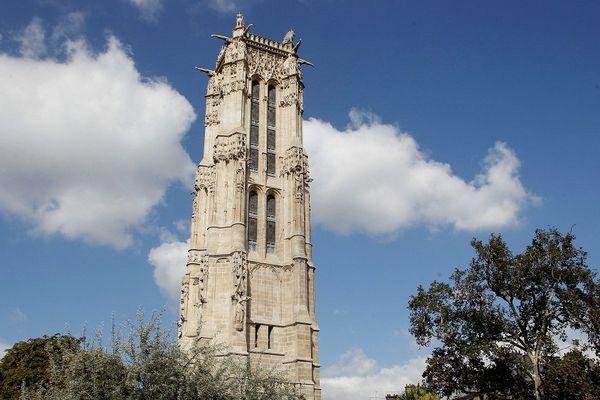 Vestige du XVIème siècle, la Tour fut autrefois le clocher de l'église Saint-Jacques-de-la-Boucherie, vendue à la Révolution comme carrière de pierres, l'église est détruite. Seul son clocher fut préservé et devint le terrain d'expérimentations scientifiques.