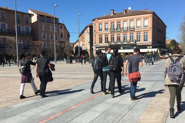 Plusieurs endroits dans le centre-ville d'Albi sont animés, comme ici place du Vigan, où les habitants viennent profiter du soleil aux terrasses des cafés.