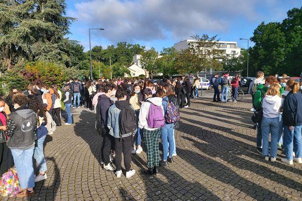 Une centaine de lycéens rassemblés devant le lycée Descartes à Rennes le 17 mai 2021. Des élèves ont organisé une chaîne humaine pour en bloquer l'accès