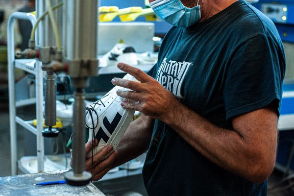 L'atelier se trouve au Portugal. Il utilise des matières recyclés.