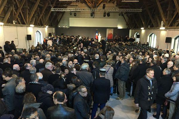 Une foule est rassemblée à la Papeterie d'Uzerche.