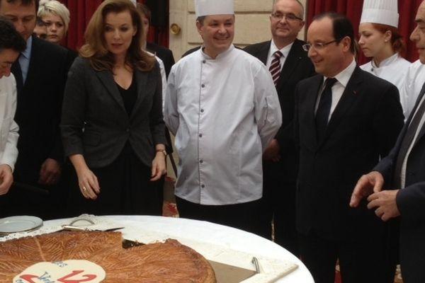 Galette présentée à l'Elysée par des apprentis du CFA des Treize Vents à Tulle, 31 janvier 2013, en présence du président François Hollande et de sa compagne Valérie Trierweiler