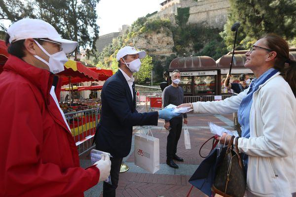 La distribution de masques à la population et aux commerçants de Monaco par la Fondation de la Princesse Charlene de Monaco a débuté mercredi dernier.