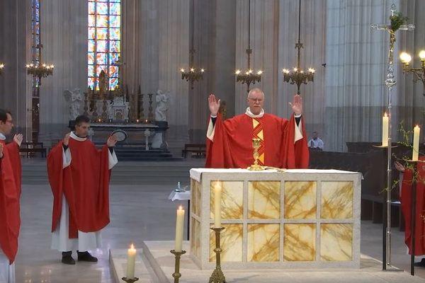 Le diocèse de Nantes a obtenu une dérogation pour célébrer la messe dans la cathédrale en présence de 4 prêtres.