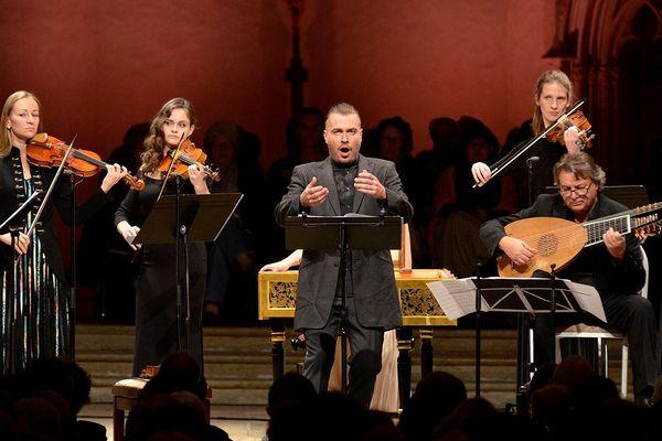 Après avoir marqué l'édition 2017 du Festival avec une interprétation endiablée des Quatre Saisons, le violoniste et contre-ténor Dmitry Sinkovsky est de retour à Ambronay le samedi 29 septembre.