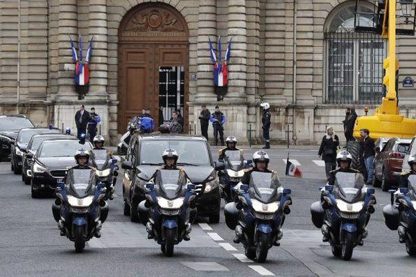 Les gardes républicains escortent le corbillard transportant le cercueil colonel Arnaud Beltrame le 27 mars 2018 à Paris.