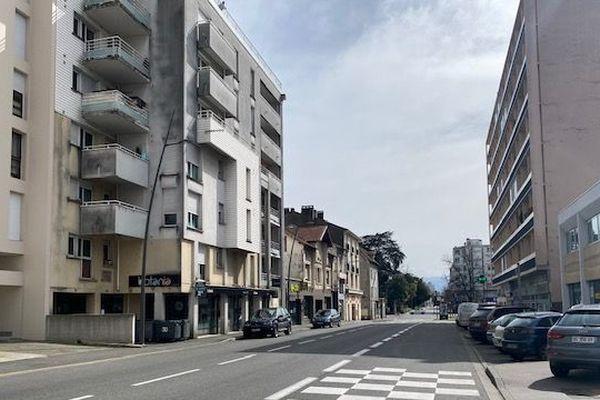 L'avenue Jean Mermoz à Pau, habituellement très fréquentée, est quasdi-déserte
