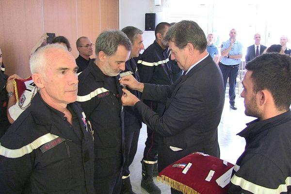 Le préfet remet une médaille d'honneur à plusieurs sapeurs-pompiers pour leur bravoure lors de la fusillade du 30 janvier dernier