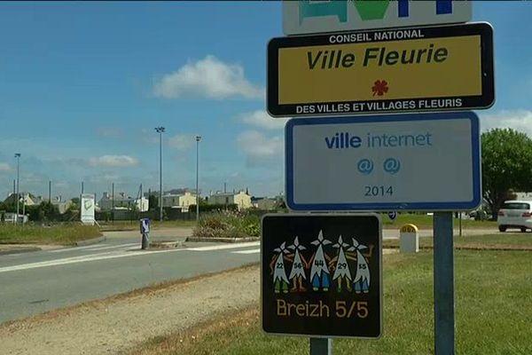 Sous les panneaux officielles, Guipavas a aussi apposé Breizh 5/5