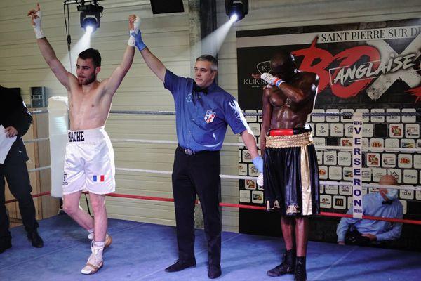 La 4eme victoire en professionnel pour Matteo Hache sur le ring de Saint-Pierre-sur-Dives (14).
