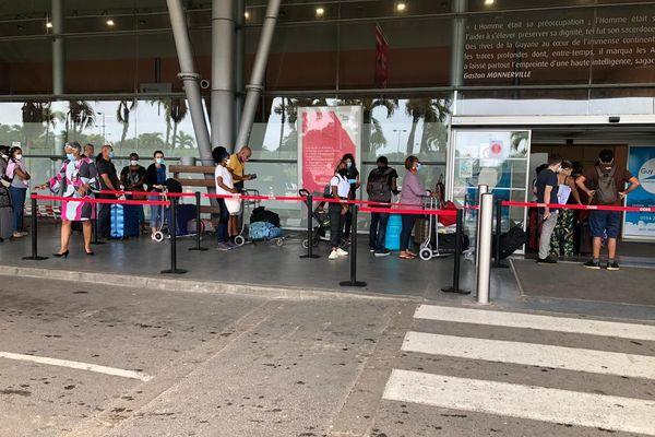 La file d'attente à l'aéroport Félix Eboué de Guyane pour la vérification des tests pcr et motifs impérieux avant d'accéder à l'auto test