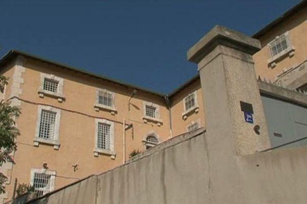 Le détenu était en détention provisoire.