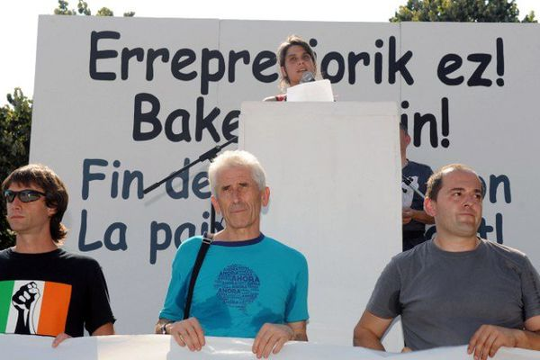 Benat Atorrasagasti, Jokin Aranalde (au centre) et Aitor Zubillaga lors de la manifestation du 20 juillet dernier à Bayonne pour le processus de paix au Pays Basque