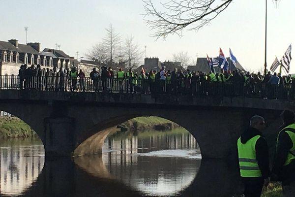 Lors de la manifestation des Gilets jaunes à Pontivy, face à face avec les forces de l'ordre