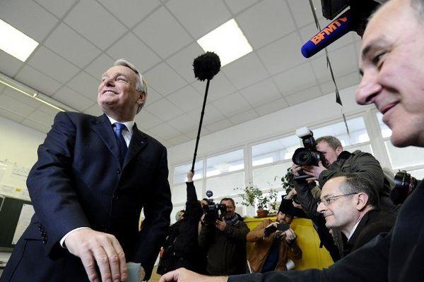 Jean-Marc Ayrault sourire figé devant les photographes tout à l'heure à Nantes