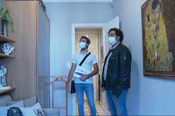 Accompagné de son agent immobilier, Yoan Kraus visite une pièce qu'il pourrait transformer en bureau s'il achète l'appartement.