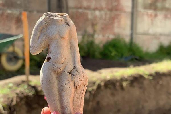 La découverte sur le site de fouilles archéologiques de Locmariaquer de statuettes représentant Vénus, la déesse de l'amour, de la séduction, de la beauté féminine dans la mythologie romaine, attestent de la présence d'un sanctuaire antique.