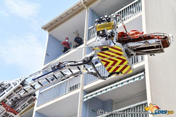 Nîmes - une personne de forte corpulence extraite de son appartement par les pompiers du GRIMP - 22 juillet 2020.